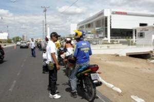 agente transito 300x199 Aprovados em concurso da Prefeitura de Petrolina, novos agentes de trânsito vão às ruas para estagiar