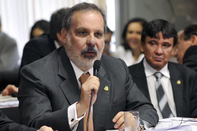 Comissão de Assuntos Econômicos (CAE): senador Armando Monteiro (PTB-PE) fala durante análise do projeto que aprova o Plano Nacional de Educação (PNE), que inclui meta de investimento de 10% do produto interno bruto (PIB) em educação, a ser alcançada no p