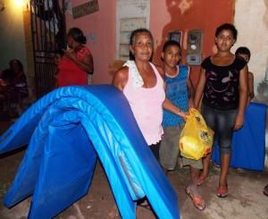 Distribuição de colchões 300x245 Famílias juazeirenses vítimas das chuvas começam a receber doações