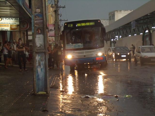 GEDC0132 Copia Mistura de esgoto com água de chuva aumenta transtornos a usuários do transporte público de Petrolina