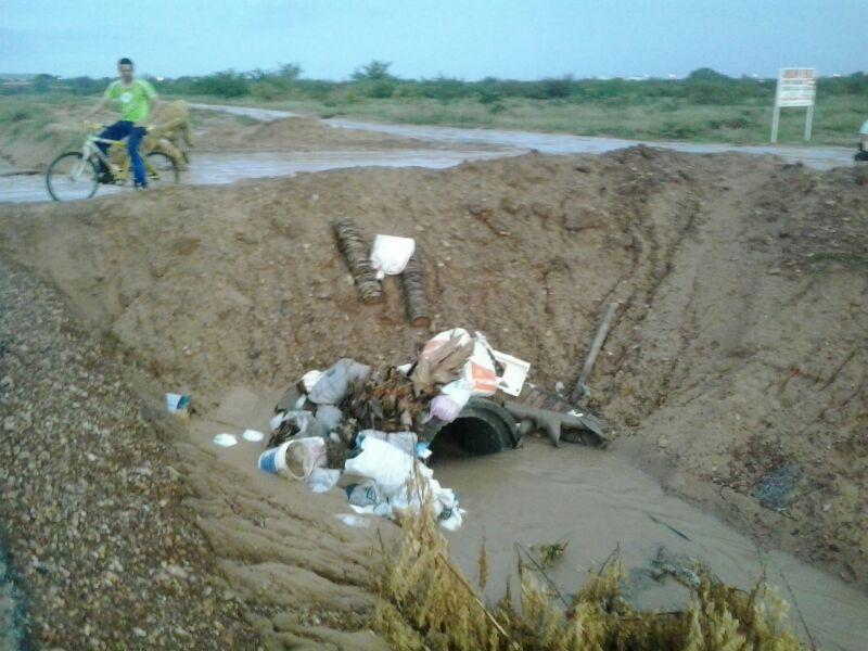 canal Dom Avelar No Dom Avelar, atitude irresponsável de certos moradores obstrui canal que deveria servir de passagem de águas pluviais