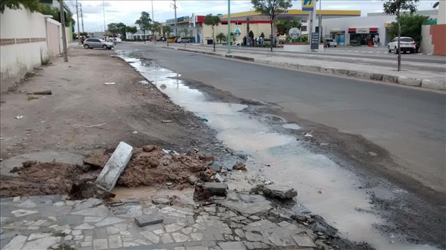 agua potavel avenida da integração Desperdício: Água potável jorra na Avenida da Integração por conta de cano estourado