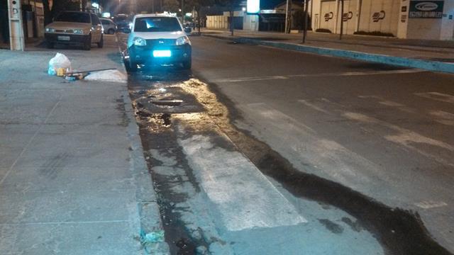 esgoto avenida integração 640x360 Esgoto estourado há um mês aborrece moradores e comerciantes na Avenida da Integração