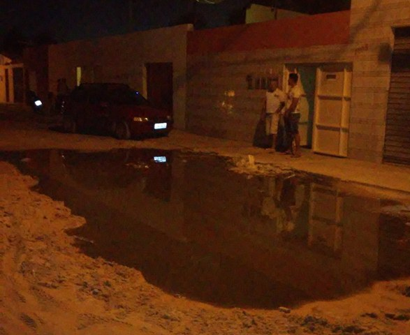 20140914 1821401 Esgoto de residências é jogado no meio da rua e irrita moradores do bairro Santa Luzia