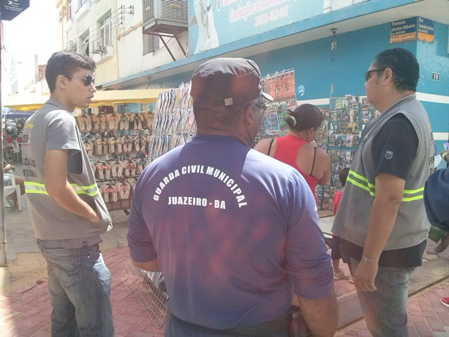 CAM02042 Juazeiro: Fiscais de postura organizam comércio e orientam ambulantes sobre utilização de som no Calçadão