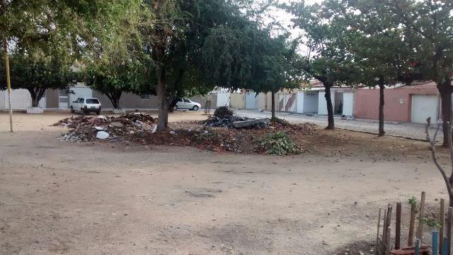 IMG 20140914 WA0002 Comunidade chama atenção para entulhos acumulados em praça do  bairro Areia Branca