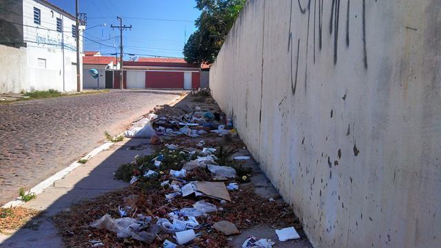lixo rua epaminondas carvalho 640x360 Lixo e entulhos invadem calçada em rua da Areia Branca