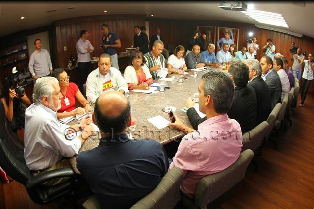 Governador em reunião com representantes de funcionários públicos. Foto Manu Dias-GOVBA