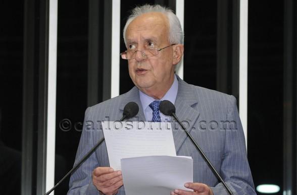Senador Jarbas Vasconcelos (PMDB-PE) pede projetos de irrigação e políticas de crédito para o semiárido nordestino/Folha PE