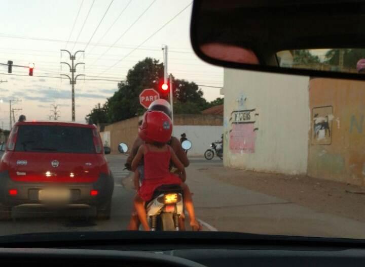 mulher-transporta-criancas-em-moto-piranga-juazeiro
